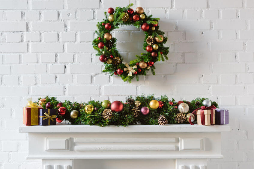 holly_wreath_above_a_fireplace_xmas_decoration.jpg